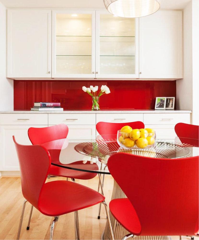 Дизайн кухни в белом и красном цвете