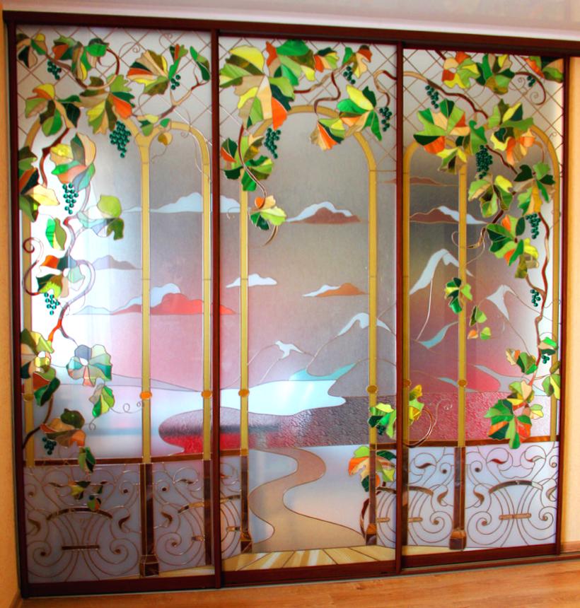 Шкафы-купе с витражами и фресками на заказ от производителя .