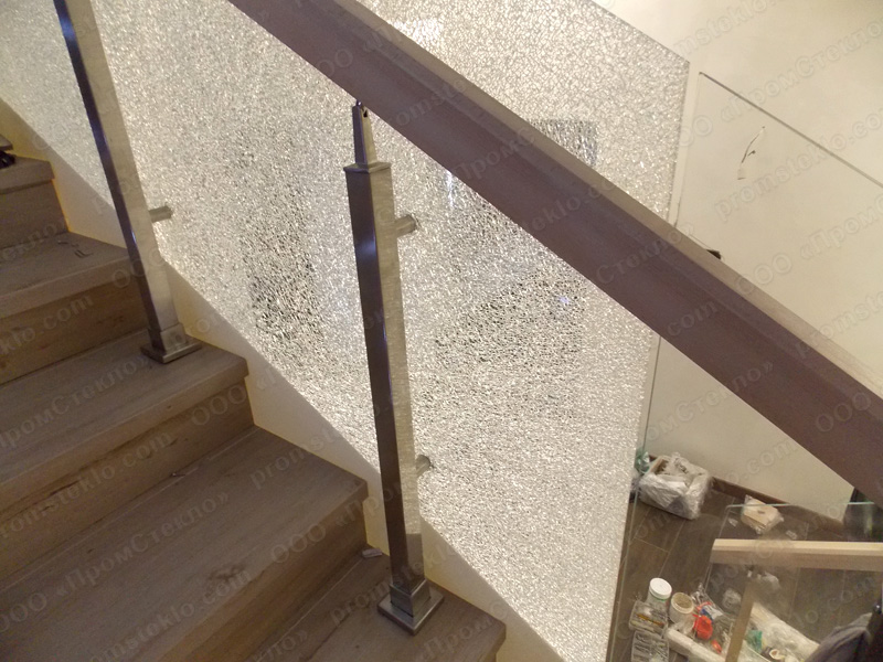 Разбитый элемент ограждения лестницы из триплекса