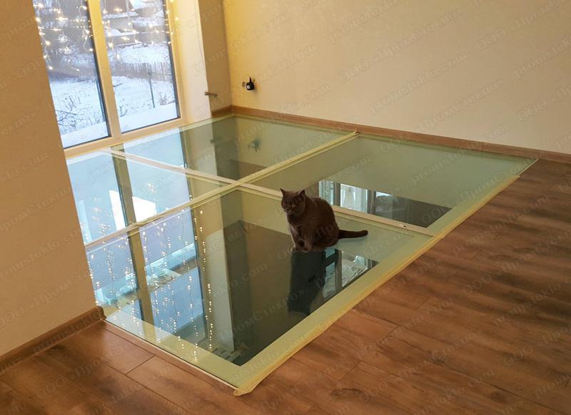 Стеклянный пол между этажами из триплекса
